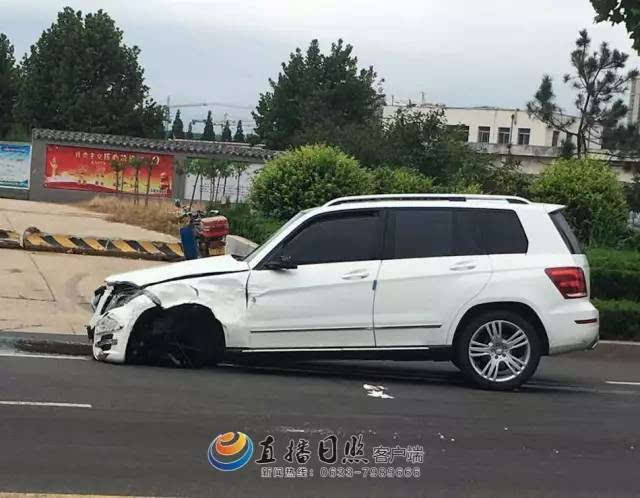 日照大连路三辆豪车相撞!两辆奔驰轮胎被撞出!