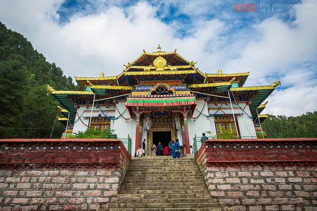 """又名桑多白寺,藏语意为""""铜色莲花山寺"""",位于西藏林芝县布久乡尼洋河下"""