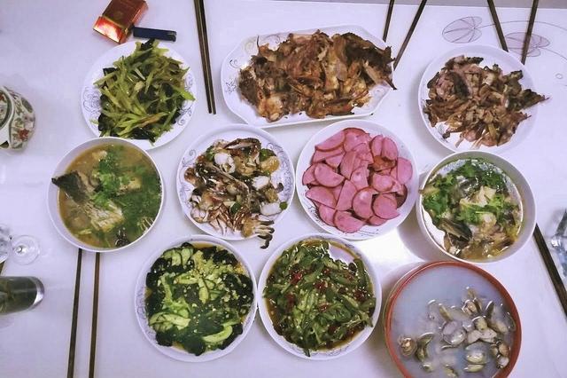 民工小伙回家陪父母吃饭,媳妇90元做了一桌菜,好吃留给爸妈