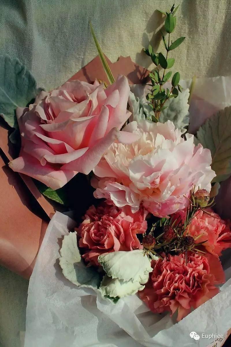 【组合的鲜花有玫瑰,芍药,桔梗,大叶尤加利等】 母亲节推荐之一(香槟