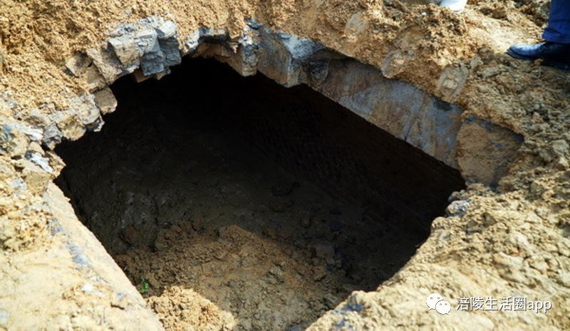 古墓墓室镶嵌的汉砖上有菱形花纹封门砖不见了.