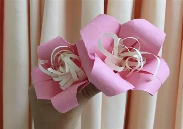 渐渐地,娜娜跟阿敏姐姐熟悉了, 还教她折起了粉红色的百合花.
