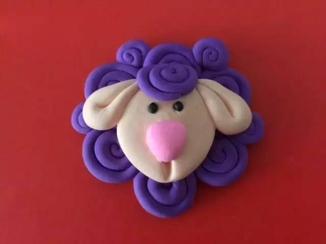 小编先在这里教大家用粘土制作一款可爱小绵羊 喜欢这样萌萌小动物的