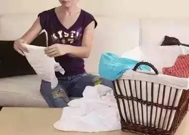 叠衣服时,把塑料袋叠在衣服里