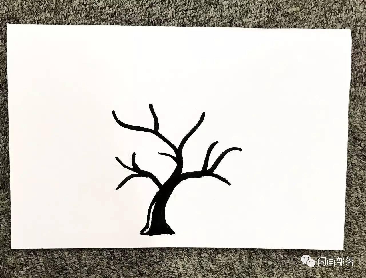 在卡纸中央画上树干和树枝(小朋友如果没把握,可以先用铅笔打草稿,再