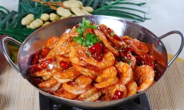 7大叔论坛明星新人a-原料   鲜虾,土豆,大蒜瓣,红椒,香菜   做法:   1.鲜虾去泥线洗净沥