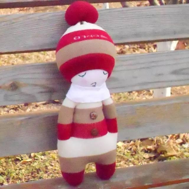 时尚 正文  45°仰望天空…… 心里是拨不开的雾霾 萌哭了的袜子娃娃