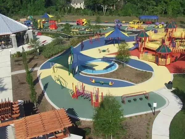 8英亩的公园里设有多个游乐场,主要设计理念是让孩子们有更大的空间图片