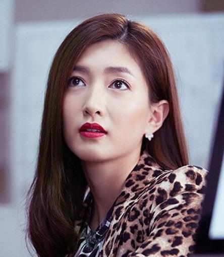 电视剧里江疏影还是富家女标配的中长发,偏分卷发造型知性御姐范.