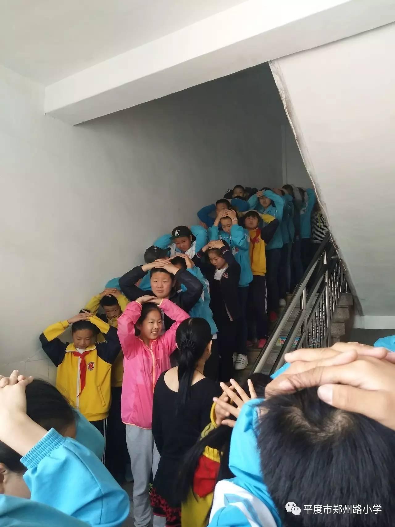 """铭记""""汶川""""——郑州路小学防震减灾安全演练"""