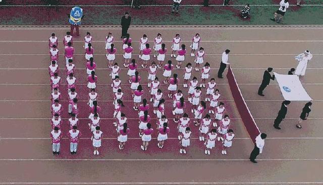 西安财经学院运动会上学子变换各种方阵 创意十足图片