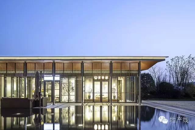 建筑立面采用横竖变化的仿木金属格栅,与下部通透玻璃幕墙以及屋面图片