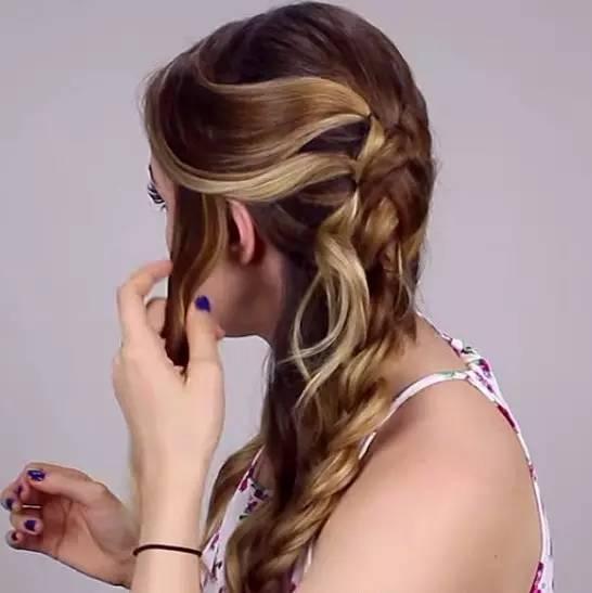 用发夹固定在头顶,并将剩下的头发均等分开按照同样方法固定在脑后.图片