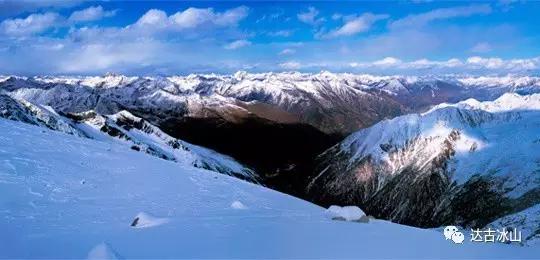 达古冰山,这个穿越了300多万年时光的传奇,在这川西高原上,默默演绎着雪峰之上的美丽。   4860米高的海拔、无边的雪域天地达古冰山的壮阔,仿佛回到了母亲的臂膀,给予我们一种莫名的安全感。   这里的冬季似乎停止了脚步,有长达七个月的冰雪童话世界。即使已经立夏,达古冰山依旧存在着那一抹白雪的纯美。   在达古冰山,每一处风景都让人着迷。覆了白雪的山峰、原生态的树木、山川海子相映成趣一见倾心,念念不忘。 母 爱 如 水   澄澈蔚蓝的达古湖、色彩缤纷的仙女湖,这达古冰山的水,能让人一眼就沉醉在这风