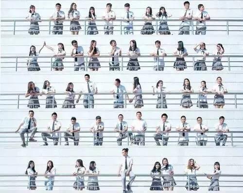 ▼女生可以选择婚纱加俯拍 班级集体照也可以这样,男女搭配 借用楼梯
