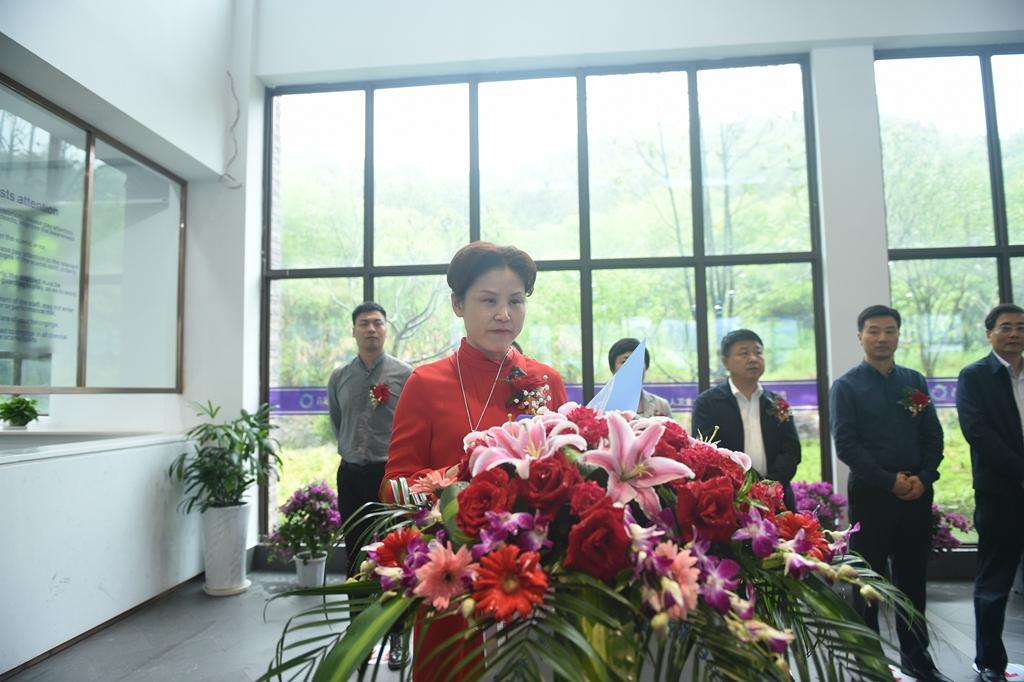 青龙湾管委会主任方莉与中清大科技股份有限公司总裁赵万森签约