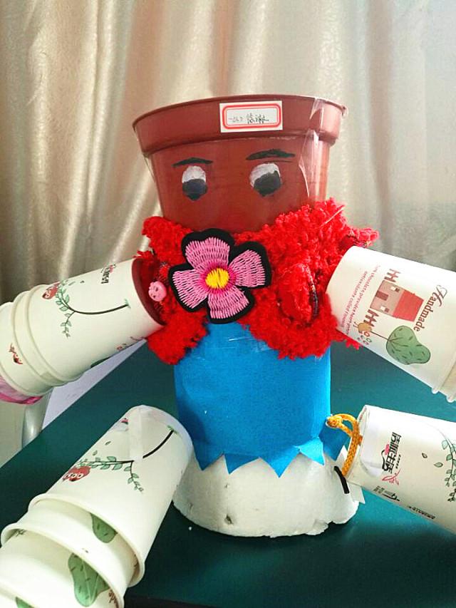 做出各种各样的花盆:用家里废弃的洗衣液瓶做成各种动物造型的花盆,有