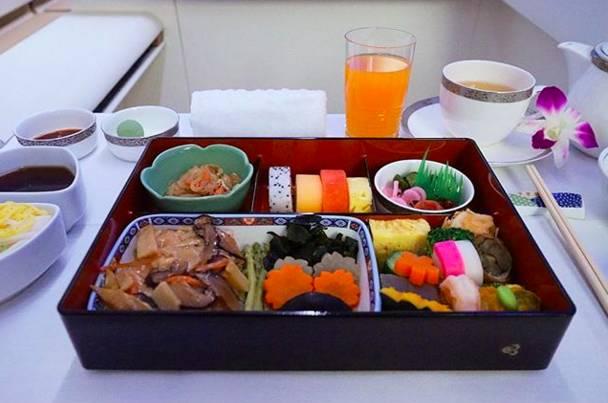 航空公司经济舱和头等舱的飞机餐对比.成功激起了我