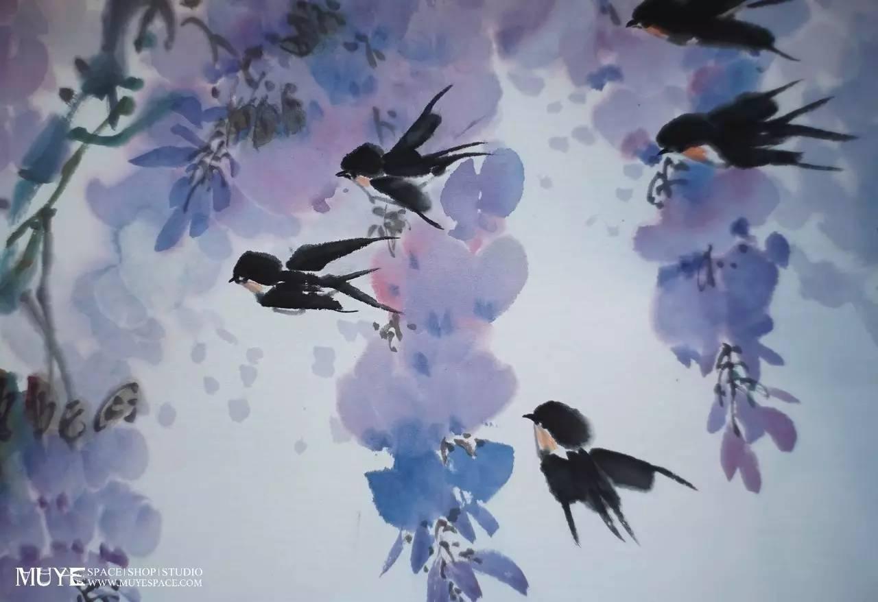 本次课程,老师将教大家以 写意笔法绘制紫藤花,画面中还有几只燕子图片