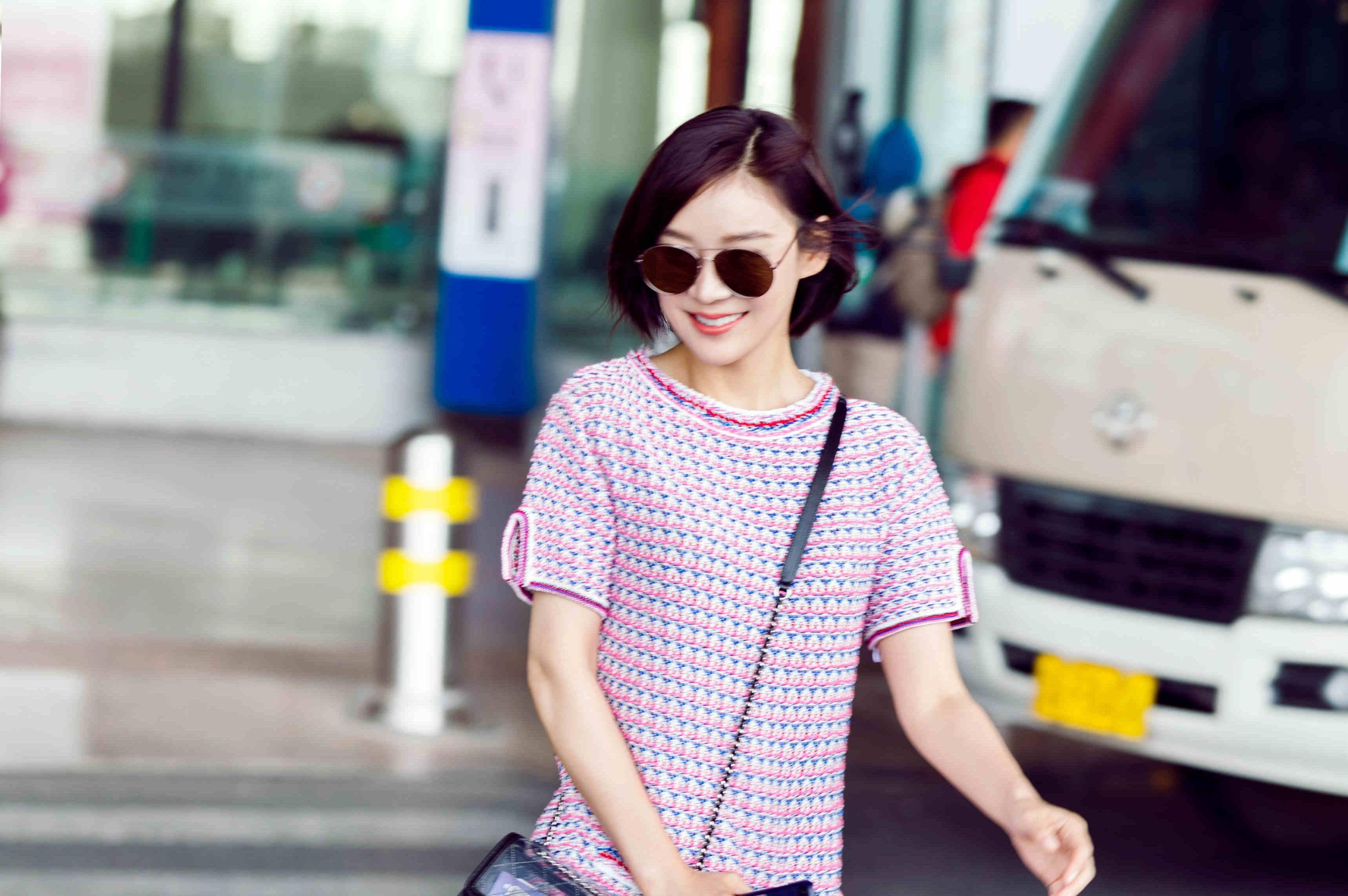 而袁姗姗活力的短发发型,以及百搭的小白鞋搭配起这条短裙却十分和谐图片