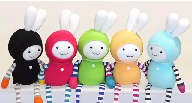 用纽扣或者小珠子做眼睛和鼻子,手工制作的人偶或者动物形状的玩偶.