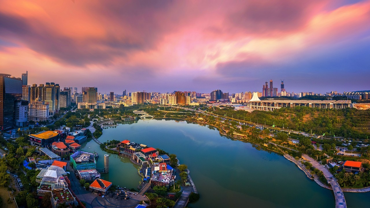 财经 正文  北有桂林山水甲天下,南有半城绿树半城楼.