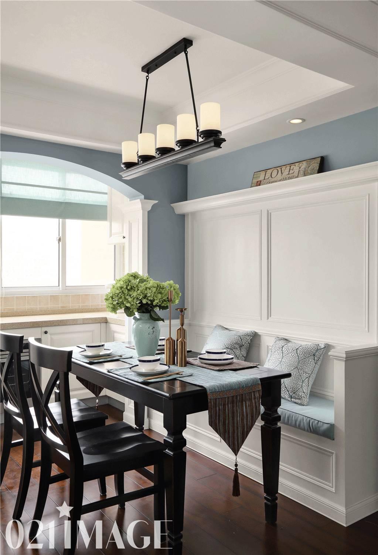 展示柜整体设计与进门玄关白色护墙板融为一体, 使浅蓝色为主的客厅图片