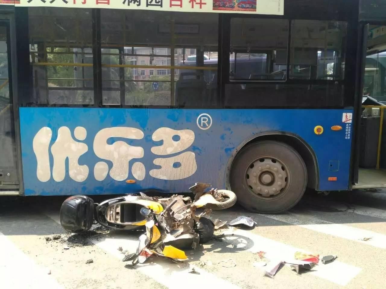 赣州市三康庙转盘发生车祸,一驾驶员卡公交车轮胎下!