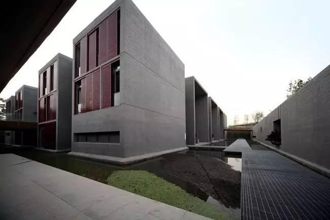 建筑设计从地段周边的典型北方农家院提取灵感,一层由玻璃幕墙围合而