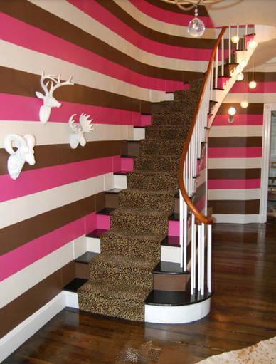 木桩和泳圈装饰,孩子就乐得爬上爬下,高兴坏了 家里有楼梯的可以参考