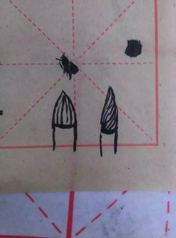 状态a:下面的毛笔就是我们要求的中锋状态,笔尖行走在黑色线条的正