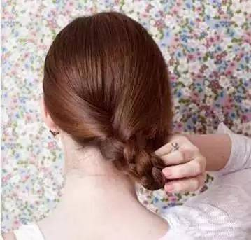 步骤三:抓住麻花辫的发尾