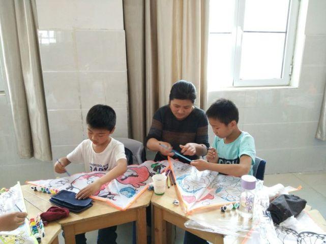 上海 新纪元学校二年级举行放风筝亲子活动图片