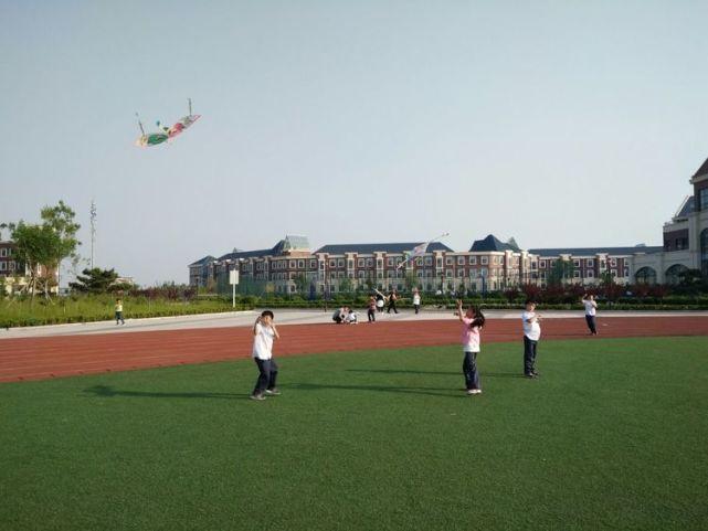 海 新纪元学校二年级举行放风筝亲子活动图片