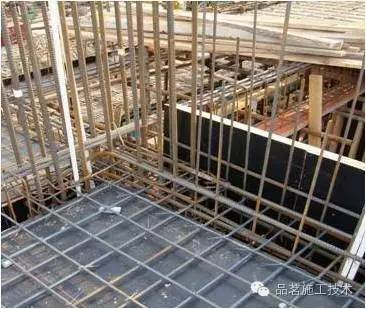 框架结构中,次梁上下主筋置于主梁上下主筋之上,框架连梁的上下主筋