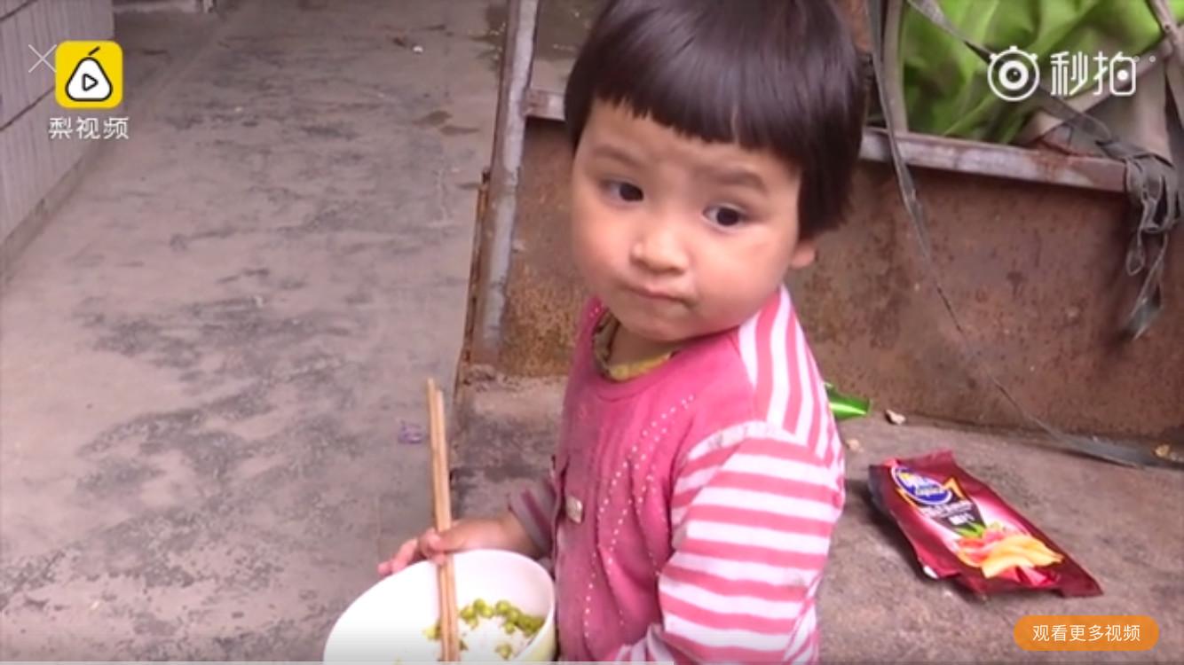 岁姐姐照顾2岁妹妹,光着脚吃泡饭,一个多月没洗澡