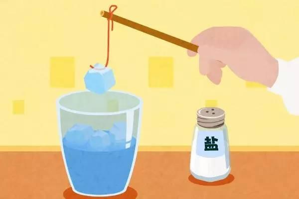 yuanli 因为食盐能降低冰块的溶解度,所以撒有盐的一部分冰会融化成水