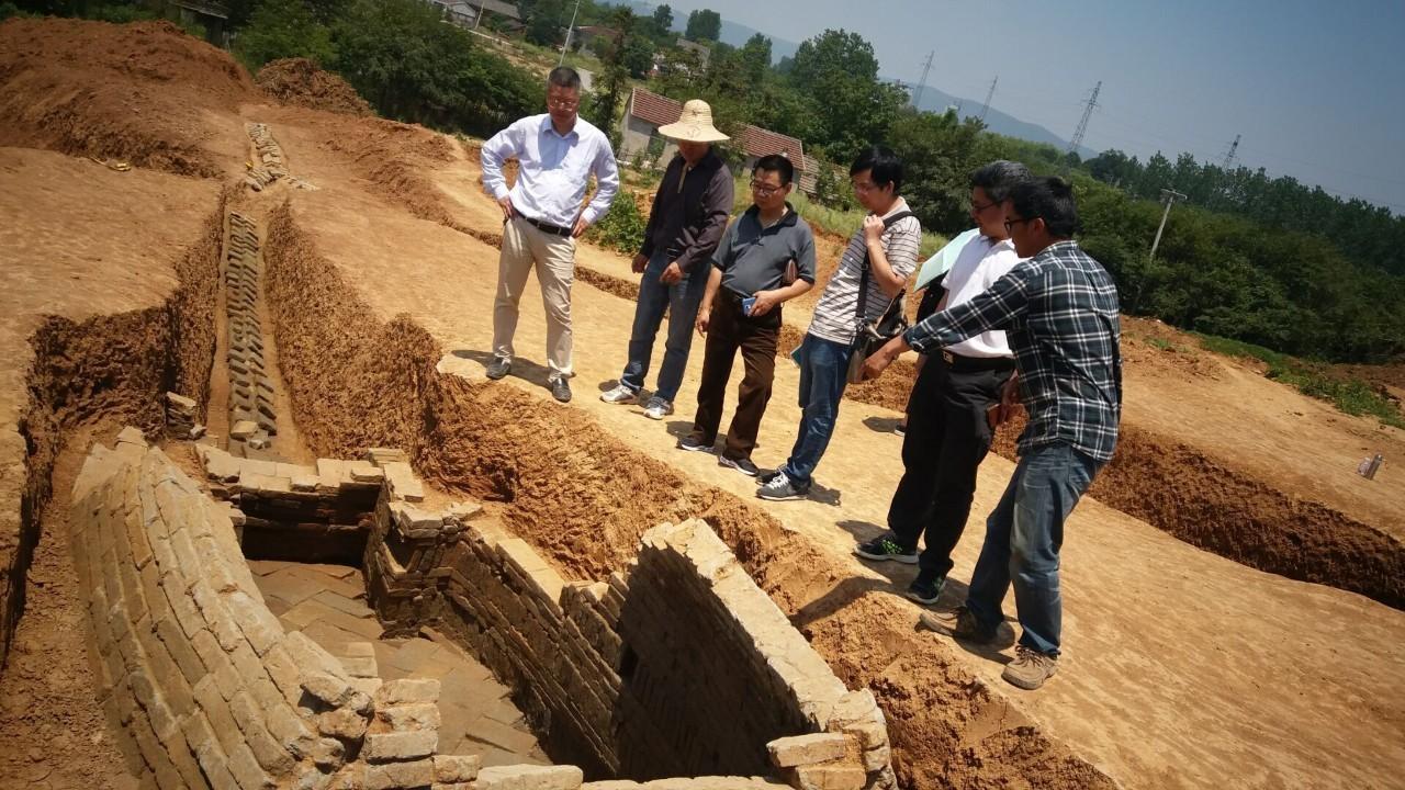 记者在立夫路土墩墓群现场看到,一座土墩墓已经发掘完成,剩下平整的地面,不远处另一座土墩墓正在按照四分法进行发掘。如果从高空俯视,可以看到土墩墓被切分成4块,4根隔梁在最高点交会,形成一个十字。  立夫路土墩墓航拍。 江苏省考古研究所曹军告诉记者,土墩墓有一墩一墓、一墩多墓等形式,这座即属于一墩多墓,且是典型的向心型结构。目前,该土墩墓已发现外围墓葬7座、器物群11处,主墓尚未开始清理,随葬品中包括几何印纹硬陶、夹砂红陶、泥压红陶、原始青瓷等,尤其是在这里发现的祭祀平台,在土墩墓考古发掘中较为少见。 在相