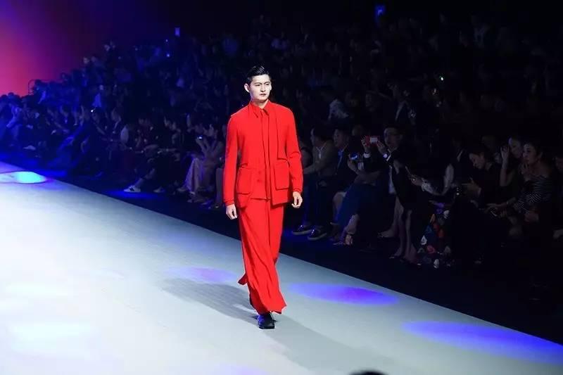 中国服装设计师协会副主席,国际著名服装设计师计文波先生,山东省纺织