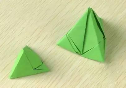 真的制作出来哟~ 端午节手工折纸粽子 【材料及工具】:一张长方形彩纸