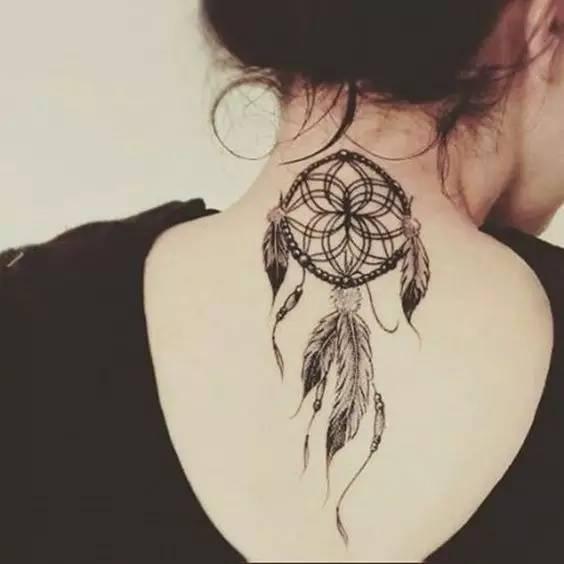 传统的捕梦网是用树枝编成一个圆圈,用皮革绕着圆圈把它包起来,然后用