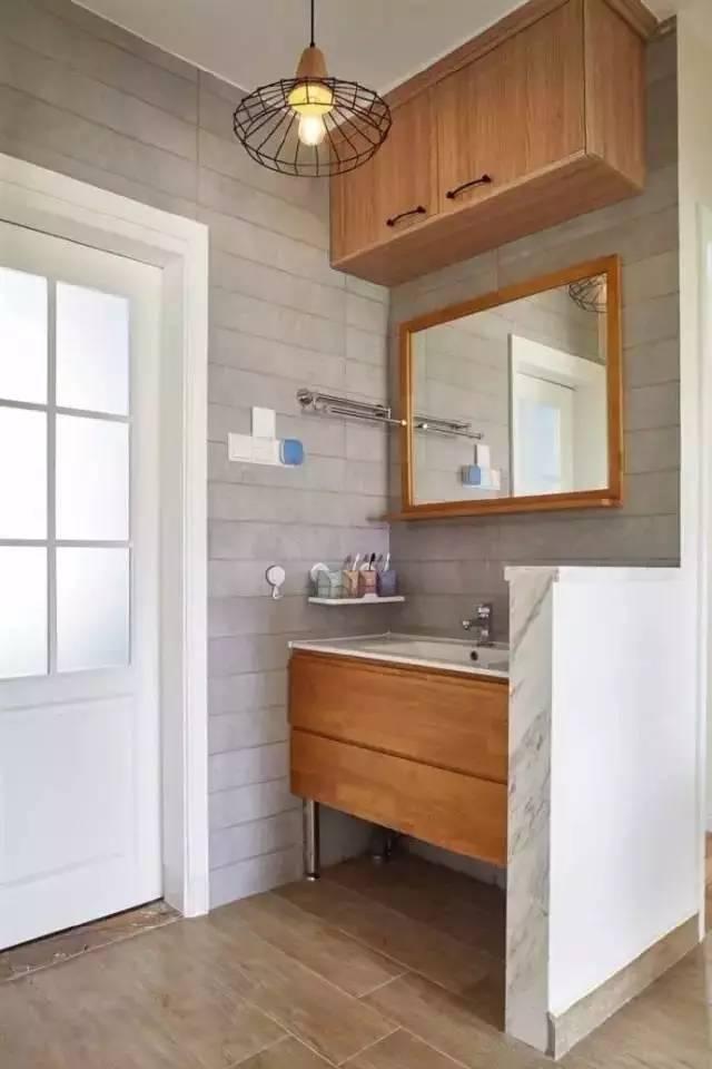 卫生间门往里面挪,在过道设计洗漱台,并增加收纳吊柜,用矮墙做简单的
