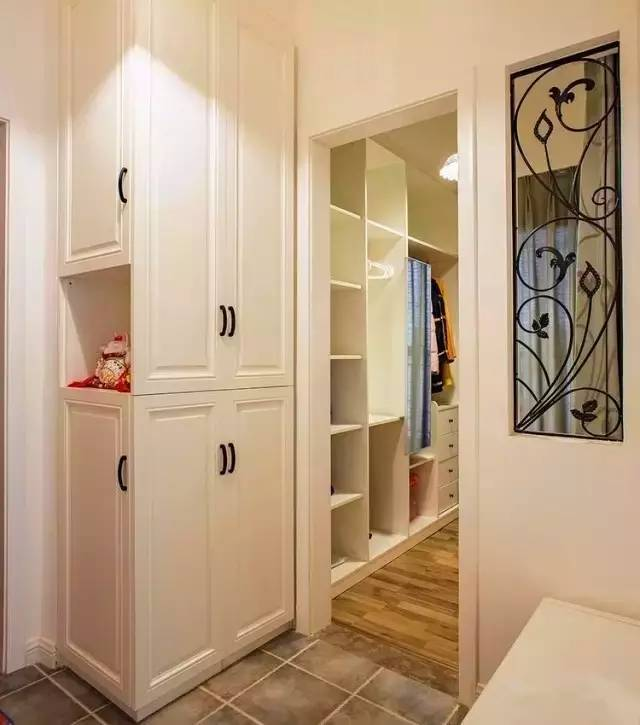 玄关做了定制的鞋柜,两面的设计,解决柜子太深,不容易拿取的问题.