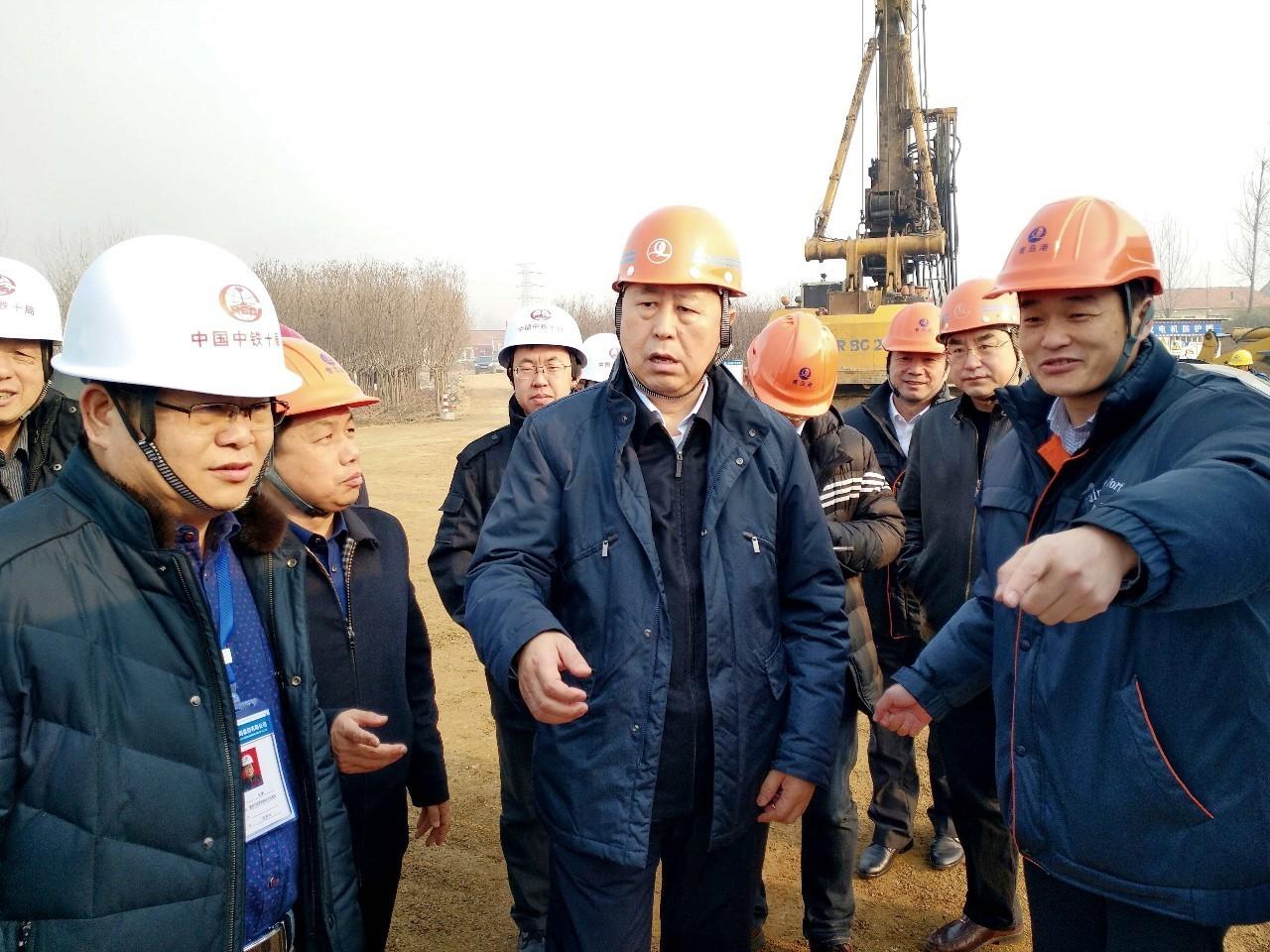 青岛港集团董事长郑明辉到董家口港疏港铁路项目检查工作