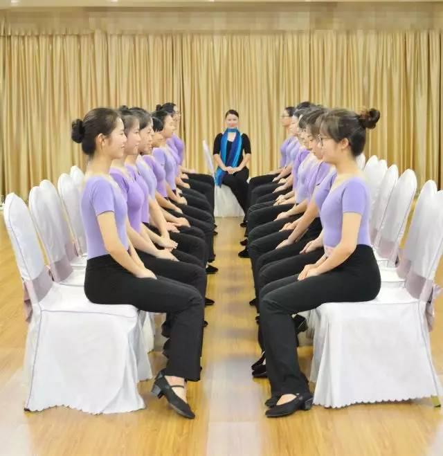 4. 优雅蹲姿训练图片