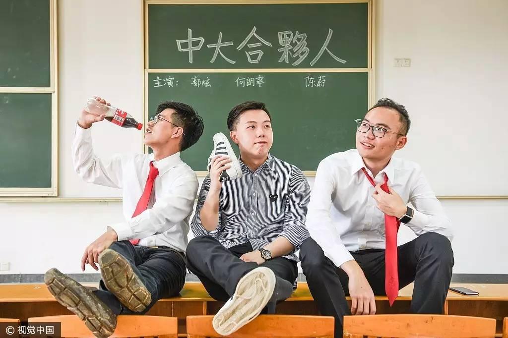 2014年6月9日,青岛大学西院内,即将毕业的商学院大四学生身穿西装和