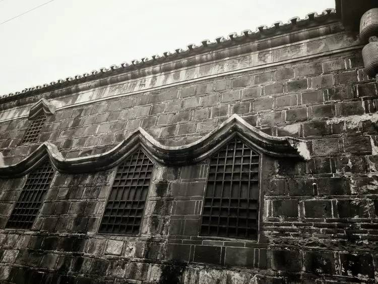 墙上百年图腾花纹清晰可见