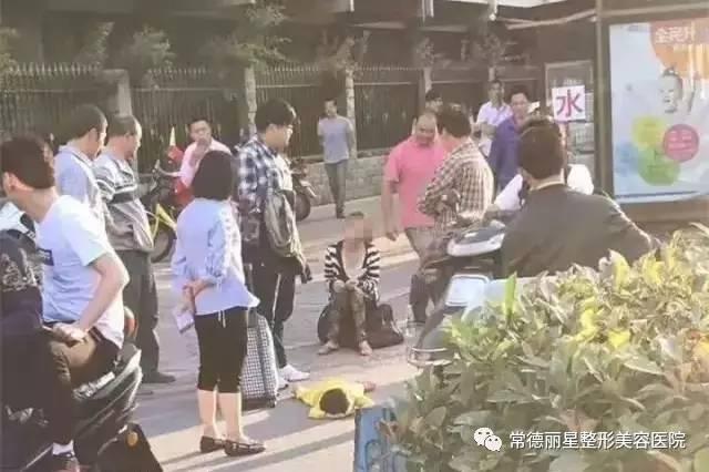 杭州一名母亲脚踩女儿的原因查明 真相让人落泪