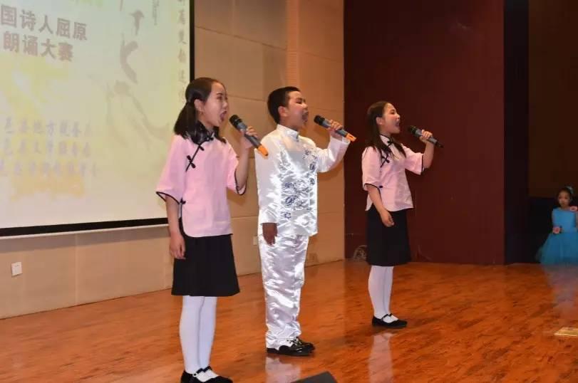 什么是適合女孩背誦的詩?一群女孩背誦詩歌