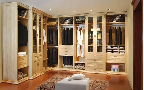 与衣柜内部的结构设计和组件搭配都有直接关系